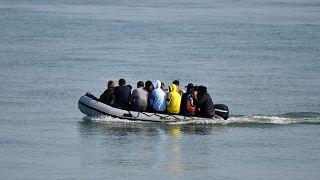 مهاجرون على متن قارب مطاطي عند وصولهم إلى شاطئ على الساحل الجنوبي الشرقي لبريطانيا قادمين من الشواطئ الفرنسية
