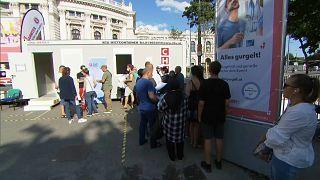 Schlange vor Impfbox in Wien
