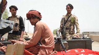 Militares afganos huyen ante el avance de los talibanes