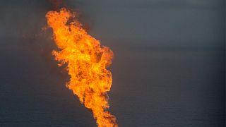 عکس تزئیتی از آتش سوزی در یک میدان نفتی
