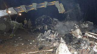بقايا الطائرة العسكرية الفلبينية من طراز سي -130 التي تحطمت في بلدة باتيكول بمقاطعة سولو بجنوب الفلبين.