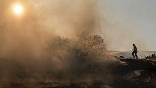 Pompier combattant les flammes sur l'île de Chypre, le 04/07/2021