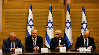 أفيغدور ليبرمان وبيني غانتس ويائير لابيد ورئيس الوزراء الإسرائيلي الجديد نفتالي بينيت يعقدون أول اجتماع لمجلس الوزراء في القدس.