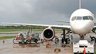 Yakıt alan bir uçak