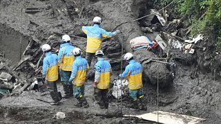 Agentes de policía buscan a través de la zona de deslizamiento de tierra causada por las fuertes lluvias en Atami, prefectura de Shizuoka, el lunes 5 de julio de 2021.