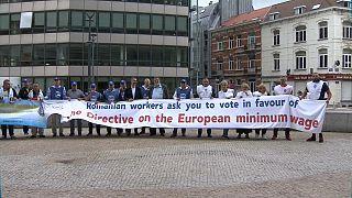 I manifestanti rumeni a Bruxelles, per chiedere un salario minimo adeguato in tutta l'Ue