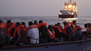 """سفينة الانقاذ """"أوشن فايكينغ"""" التابعة لمنظمة """"إس أو إس المتوسط"""" تنقذ مهاجرين من قارب خشبي صغير في البحر الأبيض المتوسط."""
