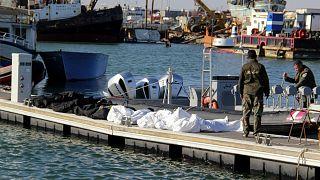 صورة أرشيفية لانتشال جثث مهاجرين قرب السواحل التونسية