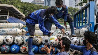Ινδονησία: Γεμίζουν φιάλες οξυγόνου