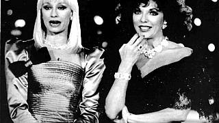 Raffaella Carrà (izq) en una foto de archivo junto a la actriz británica Joan Collins el 23 de enero de 1988