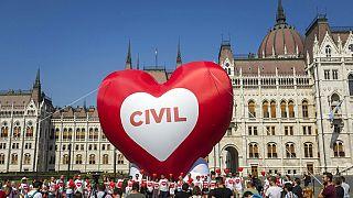 Civil tiltakozás a Parlament előtt 2018 júniusában