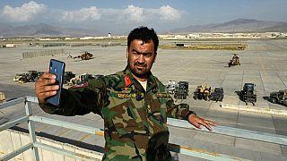 Un soldat de l'armée afghane prend la pose devant la base militaire de Bagram (Afghanistan), le 05/07/2021