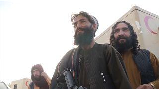 Талибы показывают журналистам захваченную военную базу в провинции Вардак