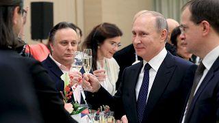Le président russe Vladimir Poutine tient une coupe de champagne lors d'une cérémonie au théâtre Mariinsky, le 2 décembre 2016 | Archive