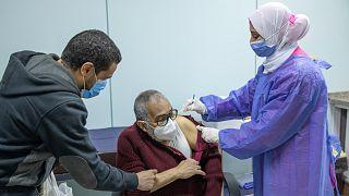 حصول مصري على جرعة اللقاح المضاد لكوفيد-19