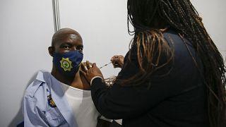 L'Afrique du Sud commence à vacciner les policiers