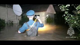 وحدات الإنقاذ تساعد الناس خلال فيضان بروسيا