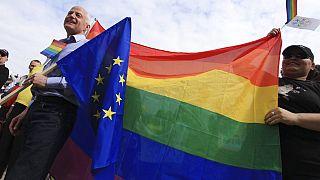 Az EU-s zászló és a szivárvány gyakran együtt látható a jogvédők megmozdulásain