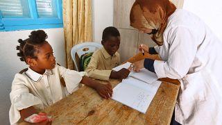 Bambini migranti subsahariani imparano il francese, in un centro gestito dall'Organizzazione per il sostegno dei migranti,a Medenina, Tunisia