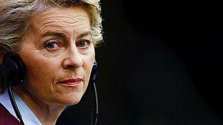 Az Európai Bizottság elnöke, Ursula Von Der Leyen a kamerába néz