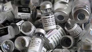 Использованные флаконы из-под вакцины Pfizer/BioNTech в одном из прививочных пунктов в Мюнхене