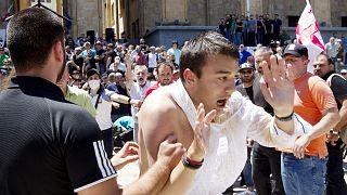 معارضون لمسيرة فخر المثليين خلال اشتباك مع بعض المشاركين فيها