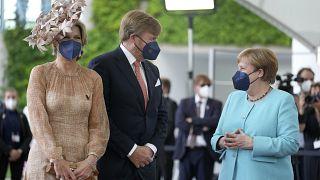 Das wohl letzte Treffen mit Merkel als Regierungschefin: Das niederländische Königspaar vor dem Kanzleramt in Berlin.
