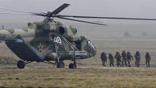 جنود يركبون مروحية عسكرية خلال مناورات قرب أورنبرغ في روسيا. 2019/09/20