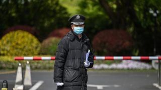 رجل أمن صيني يقف عند مدخل فندق في شنغهاي في 15 أبريل 2021