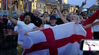 İngiltere'nin başkenti Londra'nın Trafalgar Meydanı'nda sevinç gösterileri yapan futbolseverler. Dikkat çeken ayrıntı, hiçbirinin maske takmaması.