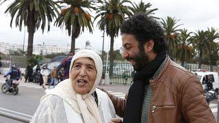 الصحافي المغربي عمر الراضي ووالدته فاطمة إلى جانبه