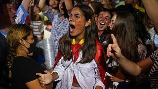 Supportrice espagnole de football déçue mardi soir après la défaite en demi-finale à Barcelone, Espagne, 6 juillet 2021