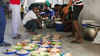 Distribuição de refeições em Pemba, Moçambique