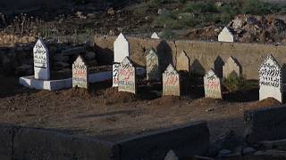 صور مقابر لأشخاص راحوا ضحية قصف التحالف الدولي في الموصل