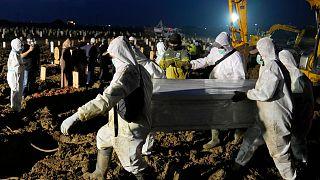 دفن ضحايا كوفيد-19 في مقبرة روروتان في جاكرتا- إندونيسيا.
