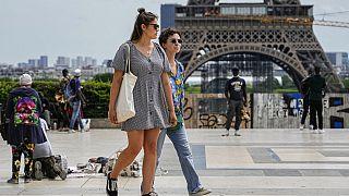 Junge Leute in Paris vor dem Eiffelturm