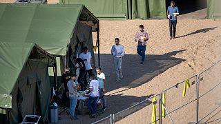 مهاجران در اردوگاهی تازه تأسیس در مرز لیتوانی