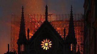 15 أبريل 2019، ألسنة اللهب والدخان تتصاعد من كاتدرائية نوتردام أثناء احتراقها في باريس.