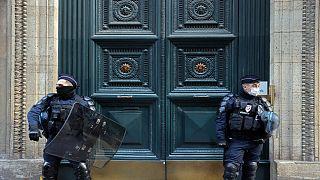 رجال شرطة  في  باريس، في 6 أبريل 2021.