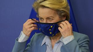 A Bizottság elnöke, Ursula Von der Leyen épp felveszi maszkját
