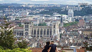 Un couple à Lyon en France le 2 juillet 2021