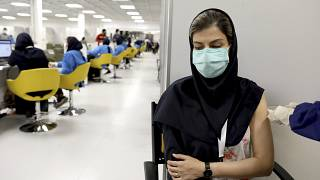 عاملة في القطاع الصحي تتلقى لقاح فيروس كورونا سينوفرام في طهران/إيران.