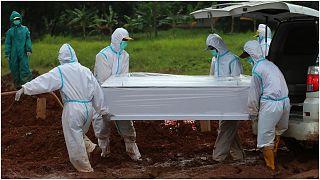عمال القطاع الصحي ينقلون جثمان ضحية كورونا لدفنه في أندونيسيا