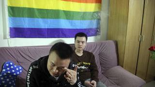 سون وينلين  إلى اليمين  يجلس مع شريكه هو مينجليانغ  قبل الذهاب إلى المحكمة للمرافعة في أول قضية زواج مثلي الجنس في الصين عام 2016