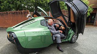 Károly herceg tesztvezetés után száll ki egy hidrogénmeghajtású autóból