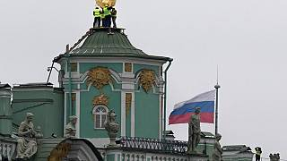 Orosz állami jelképek az Ermitázs tetjén