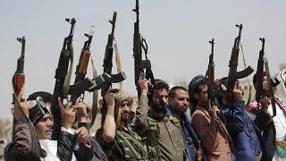 رجال قبائل موالون للحوثيين يرفعون أسلحتهم  في صنعاء/ اليمن