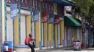 رجل يجلس خارج مركز ليتل هاييتي الثقافي في حي ليتل هاييتي
