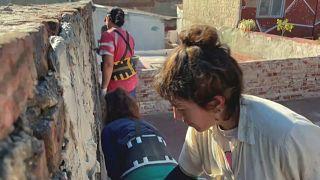 Mujeres trabajando en la renovación de un centro social en Buenos Aires