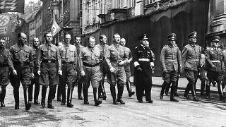 صورة أرشيفية لهتلر محاطا بضباطه في ميونخ